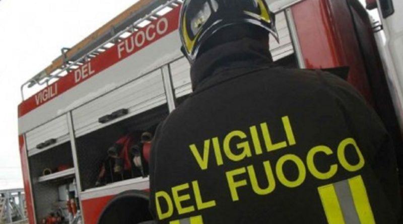 Bimba resta chiusa in auto a Lecce. Provvidenziale intervento dei Vigili del Fuoco